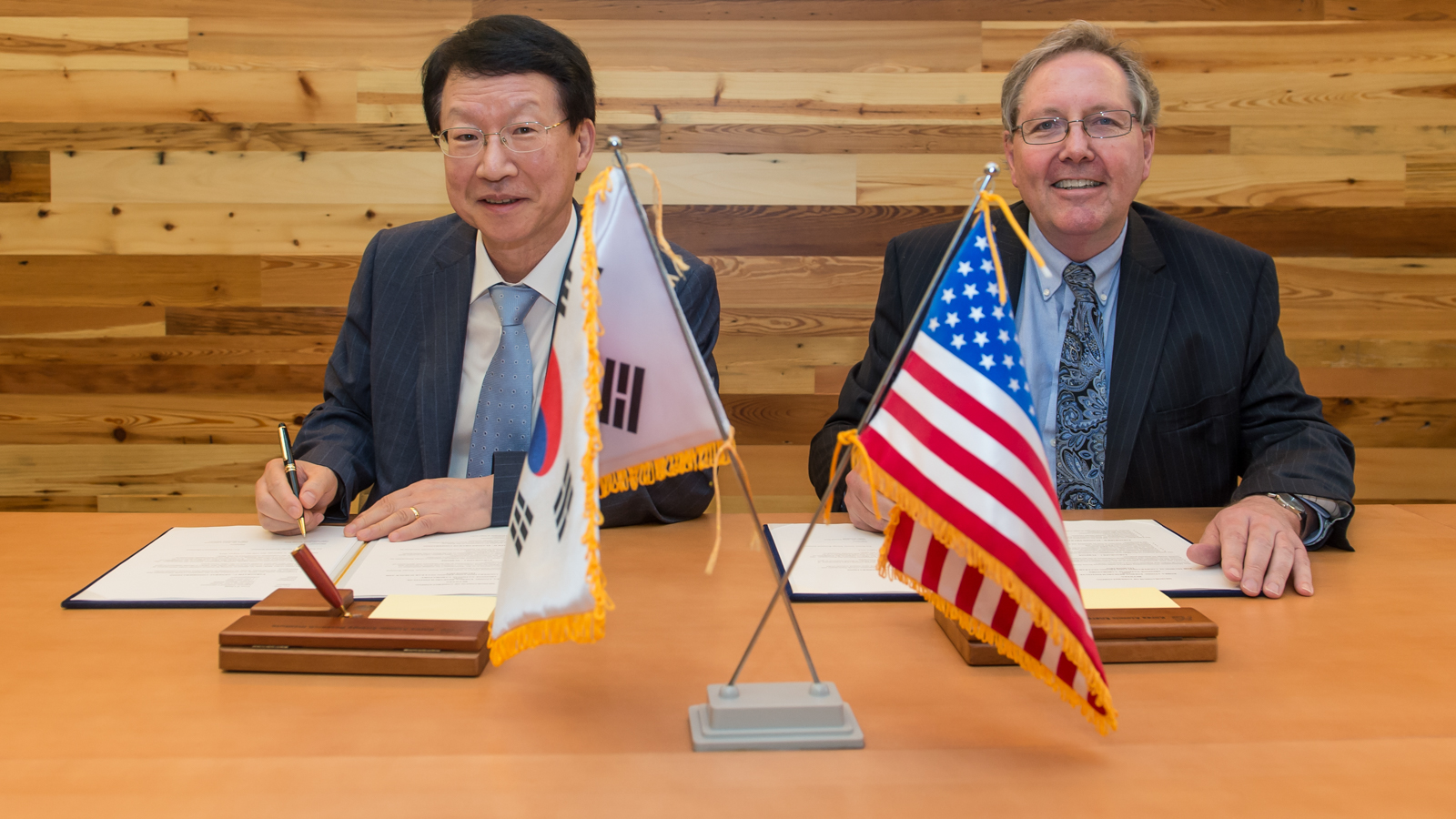 Jong Kyung Kim (left), President of KAERI, and Peter Littlewood, Argonne Laboratory Director, during a signing ceremony at Argonne.