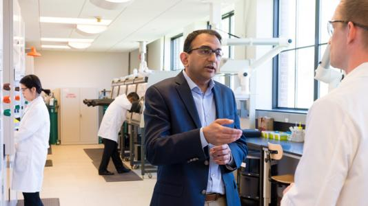 Venkat Srinivasan, director of Argonne Collaborative Center for Energy Storage Science (ACCESS), speaks with a researcher in one of Argonne's battery discovery laboratories.