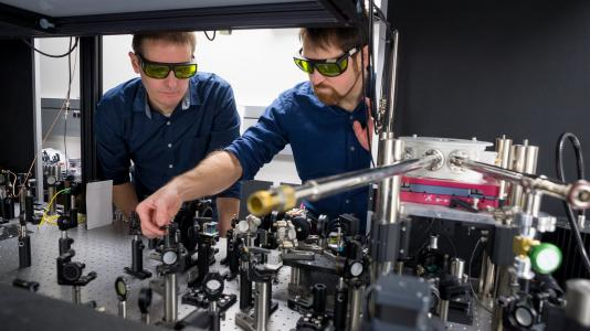 Chad Husko (right), physicist and Chain Reaction Innovations team member, works with CNM nanoscientist Jeffrey Guest. (Image by Argonne National Laboratory.)