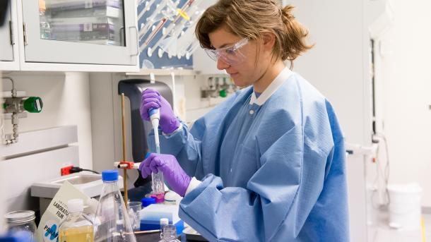 A graduate student in the SCGSR Program conducts important lab research in a state-of-the-art facility at Argonne National Laboratory. (Image by Argonne National Laboratory.)